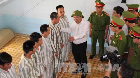 Deputy Prime Minister Nguyen Xuan Phuc (M) meets with prisoners at Xuan Loc Prison in the southern province of Dong Nai yesterday. — VNA/VNS Photo Sy Tuyen