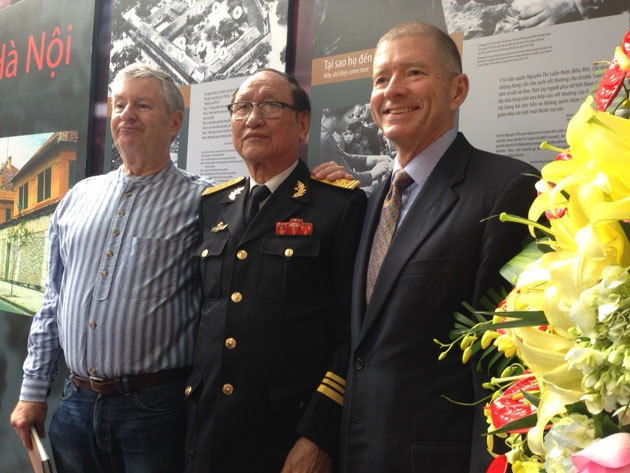 American POW Robert P. Chenoweth (L) standing next to former Hoa Lo prison warden Tran Trong Duyet at the opening ceremony of the exhibition (Photo: Tuyet Loan)