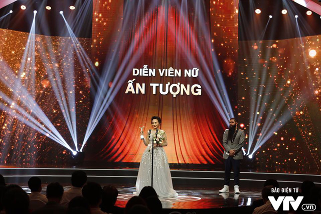 Bảo Thanh receives award for Impressive Actress from director Jordan Vogt Roberts.