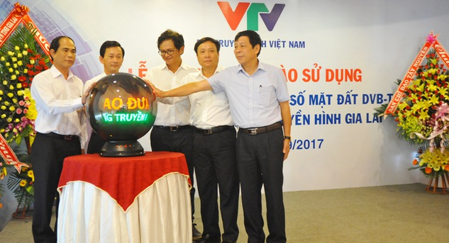 Leaders of Gia Lai province and VTV president Tran Binh Minh inaugurate the DVB-T broadcast station