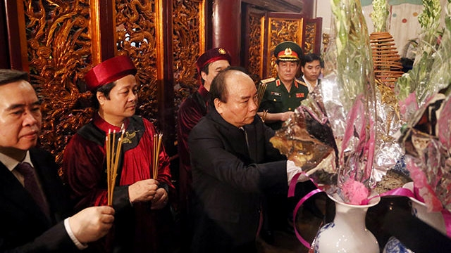 PM Nguyen Xuan Phuc and delegates offer incense at Thuong Temple at the Hung Kings Temple Relic Site. (Photo: NDO)