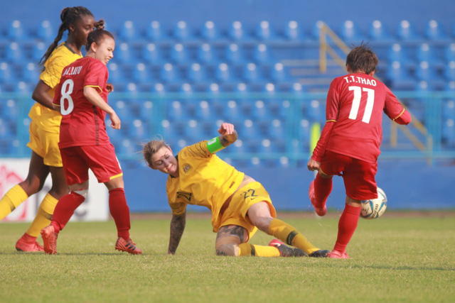 Vietnam (in red) could not cause a surprise against Australia despite their concerted efforts.