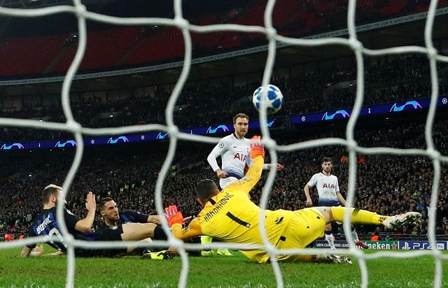 Tottenhams Christian Eriksen scores their first goal past Inter Milans Samir Handanovic during their Champions League Group B clash at Wembley Stadium, London, Britain, on November 28, 2018. (Photo: Reuters)