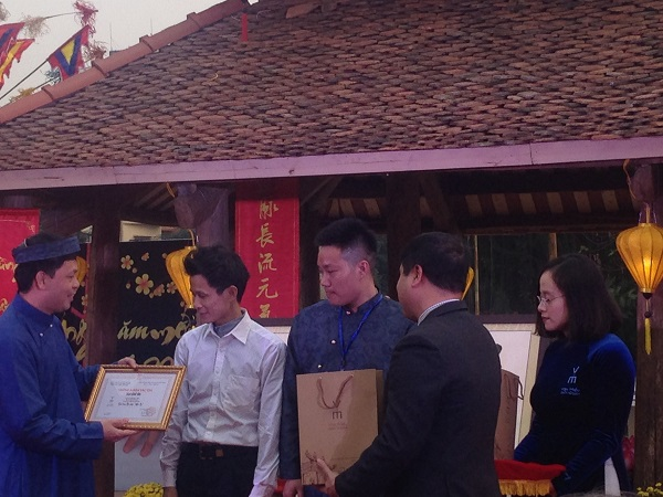 Calligraphers who have the most outstanding works receive awards. (Credit: hanoitv.vn)