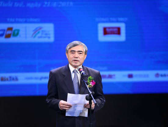 Deputy Minister of Information and Communications Nguyen Minh Hong highly praises VINASAs initiative in launching new technological trends for the fourth industrial revolution in the Sao Khue 2018 Awards. (Photo: ictnews.vn)