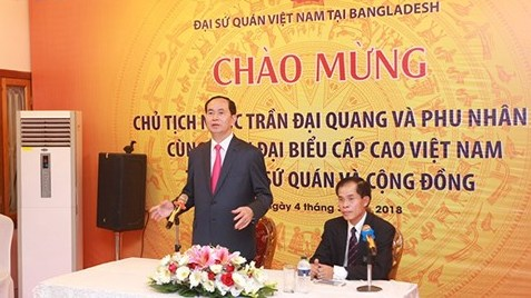 President Tran Dai Quang talks with the Vietnamese embassy's staff and representatives of overseas Vietnamese in Bangladesh. (Credit: VOV)