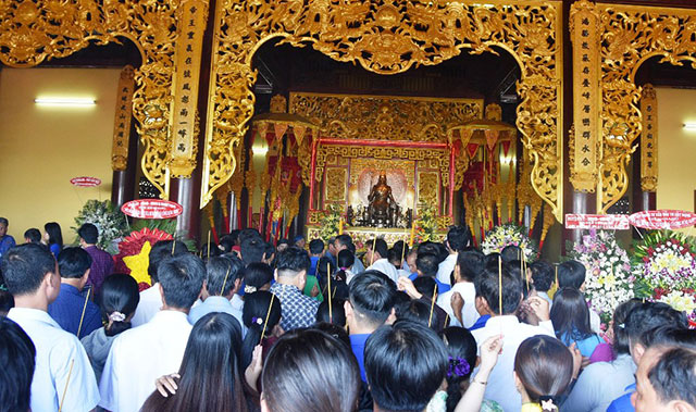 Processions and ritual offerings of incense and flowers were organised at Hung Kings' Temple in Tan Hiep town, Tan Hiep district, Kien Giang province on April 25.