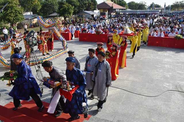 The elders offered gifts to the Hung Kings at the Tan Hiep town's temple.