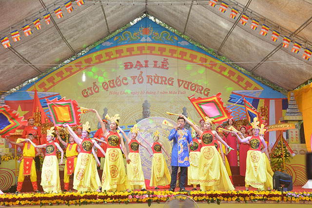The Ha Tinh ceremony featured a range of cultural and artistic activities to stimulate patriotism and national pride, while preserving and promoting the cultural values of traditional festivals.
