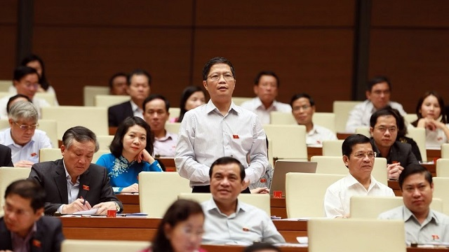 Minister of Industry and Trade Tran Tuan Anh speaks during the NA discussion on October 27. (Photo: NDO/Duy Linh)