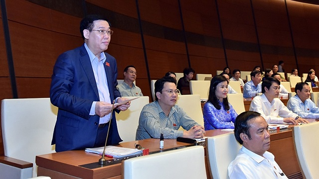 Deputy Prime Minister Vuong Dinh Hue clarifies several issues raised by the NA deputies during the discussion on October 27. (Photo: NDO/Duy Linh)