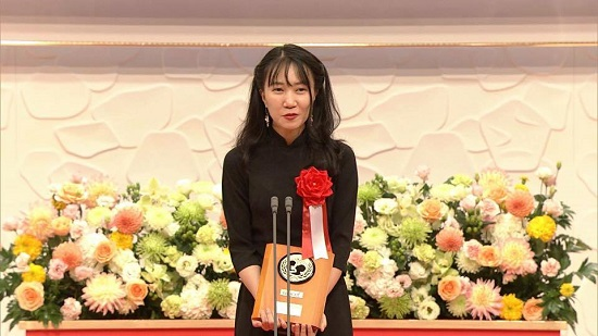 Producer Y Linh spoke at the awarding ceremony