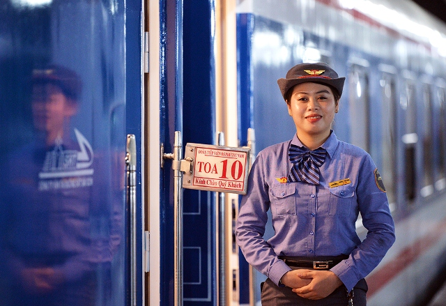 In addition to the enhancement of vehicle quality, the service staff on these new trains have also been provided with additional professional training at the Vietnam Aviation Academy.