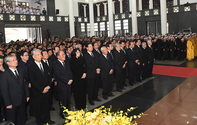 Party and State leaders, former leaders and relatives of comrade Do Muoi show their profound grief over his passing away.
