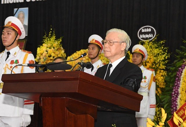 Party General Secretary Nguyen Phu Trong gives tribute to former Party Chief Do Muoi during the State memory service for the late leader at the National Funeral Hall in Hanoi, on October 7.
