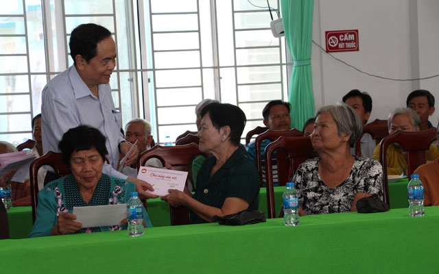 VFF President Tran Thanh Man presents Tet gifts to social welfare beneficiaries in Thanh Xuan commune, Chau Thanh A district, Hau Giang province.