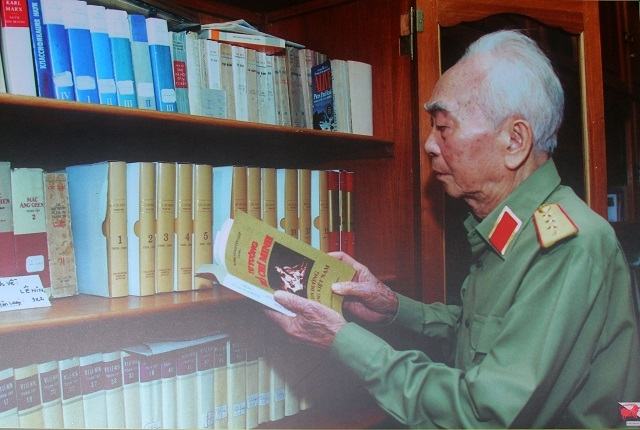 General Vo Nguyen Giap with his research work on family bookcases. (Photo: Tran Dinh)