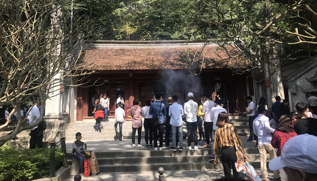 Over 30,000 visitors offer incense to commemorate Hung Kings during Tet.