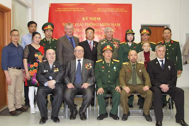 Vietnamese delegates pose for a photo with Russian friends at the event.