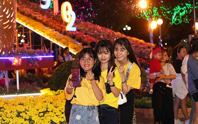 Young people take pictures at the Spring Flower Garden 2019 in Ninh Thuan. (Photo: NDO)