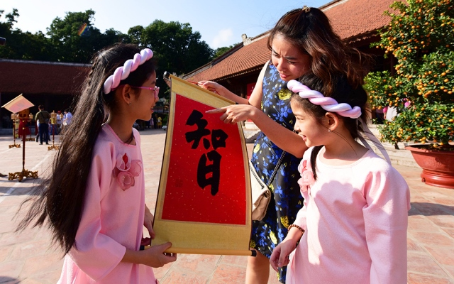 Calligraphy hanging is one of most beautiful traditional customs to pray for luck and happiness in the new year.