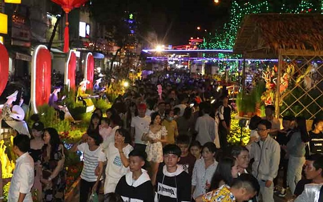 Tens of thousands of tourists and local people visit the flower street in Can Tho city. (Photo: NDO)
