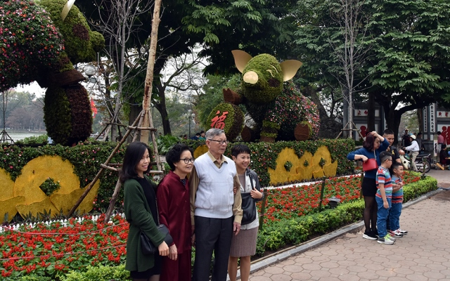 In Hoan Kiem Lake area, the streets have been filled with crowds coming to take pictures right from the afternoon of the first day of Tet.