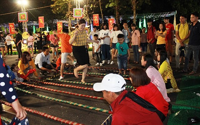Folk games held at the Spring Flower Festival in Binh Duong. (Photo: NDO)