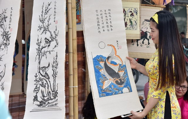 Phung Hung mural street, featuring multiple traditional cultural activities, attracts visitors.