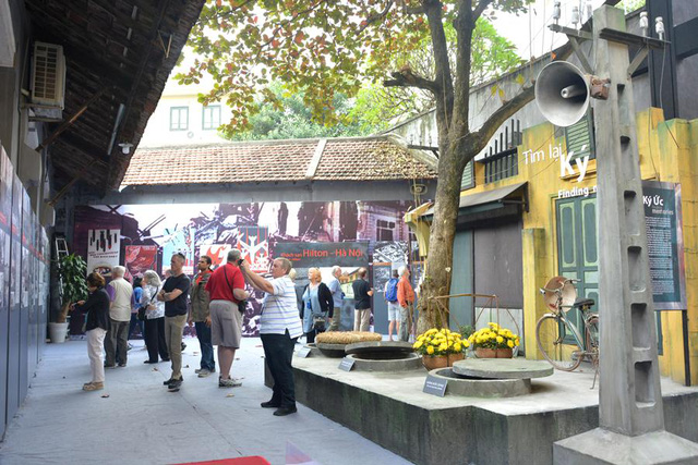 Scene of Hanoi in December 1972 reproduced at the exhibition (Photo: hoalo.vn)