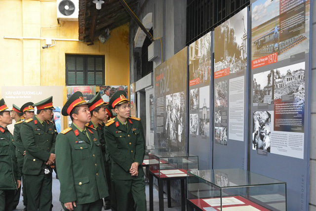 Photos and objects on display at the exhibition gives visitors an opportunity to understand the severe destruction and painfully grim nature of war (Photo: hoalo.vn)