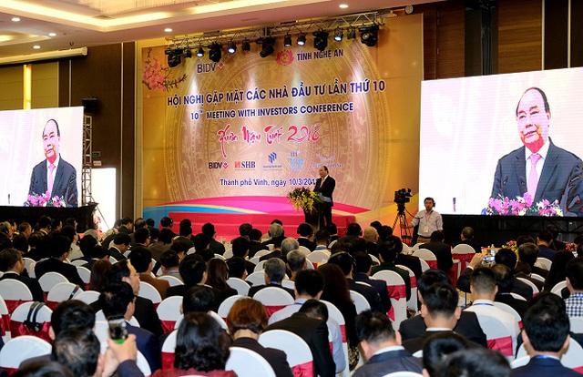 PM Nguyen Xuan Phuc speaking at the meeting.