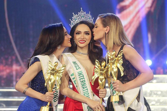 Vietnamese singer Huong Giang (centre) was crowned Miss International Queen 2018. The first and second runner-up places went to the representatives from Australia and Thailand, respectively.
