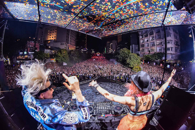This year's event, held at Nguyen Hue Pedestrian Street, features the performances of renowned international EDM artists such as the Nervo sisters, one of the worlds top DJs,
