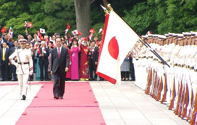 President Tran Dai Quang reviews the guard of honour at the welcome ceremony on May 30 (Photo: VNA)