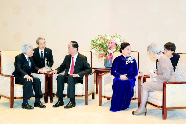 President Tran Dai Quang, Emperor Akihito and their spouses have a meeting following the welcome ceremony (Photo: VNA)