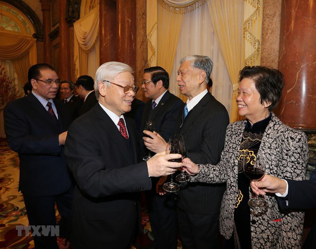 Hosts and guests raised toasts to the success of the nation's revolutionary cause, the growth of the Party, prosperity of the country and happiness of the people. (Source: VNA)