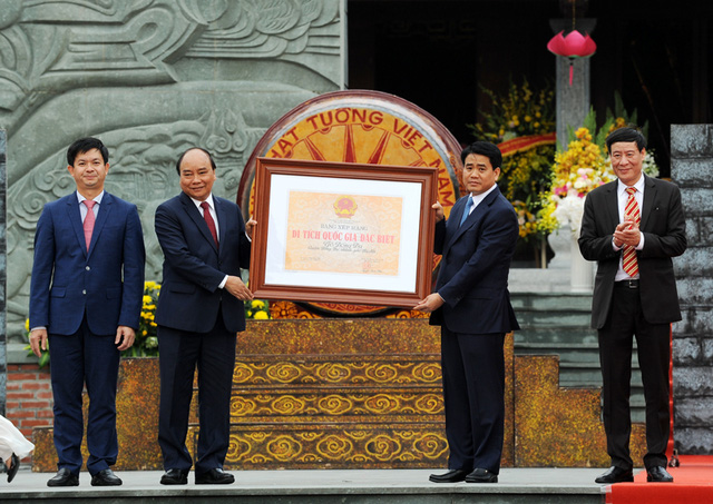 Prime Minister Nguyen Xuan Phuc handed over a certificate recognising Dong Da Mound as a special national site to the government of Hanoi. (Photo: Tran Hai)