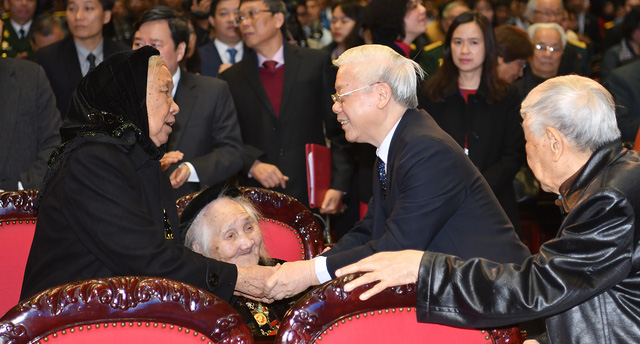 Party General Secretary, President of Vietnam Nguyen Phu Trong and Vietnamese Heroic Mothers at the event. (Photo: VGP)