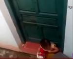 Sốc với clip em bé… ăn rác vì cô giáo phạt nhốt ở ngoài