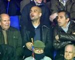Trên khán đài, Pep Guardiola đứng ngồi không yên vì Messi