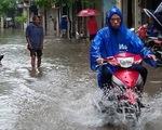 Cận cảnh nhiều tuyến phố Hà Nội thành... sông sau mưa lớn
