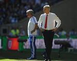 Mourinho tố cáo HLV Arsene Wenger không... bắt tay