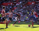 Trong tài bỏ qua lỗi việt vị của Mata, Martial gỡ hòa cho Man Utd