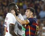 Lionel Messi nổi nóng húc đầu, bóp cổ cầu thủ Roma