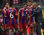 Ăn mừng bàn thắng của Bayern, HLV Guardiola bị... rách quần