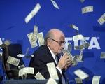 Chủ tịch FIFA muối mặt vì tắm mưa tiền