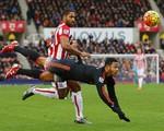 Stoke 2-0 Man Utd: Thua trận thứ 4 liên tiếp, Quỷ đỏ sẽ trảm Van Gaal?
