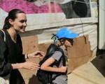 Xúc động giây phút mẹ con Angelina Jolie gặp người tị nạn Syria