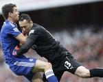 """Trọng tài """"bỏ qua"""" 3 quả penalty trong trận Arsenal – Chelsea"""